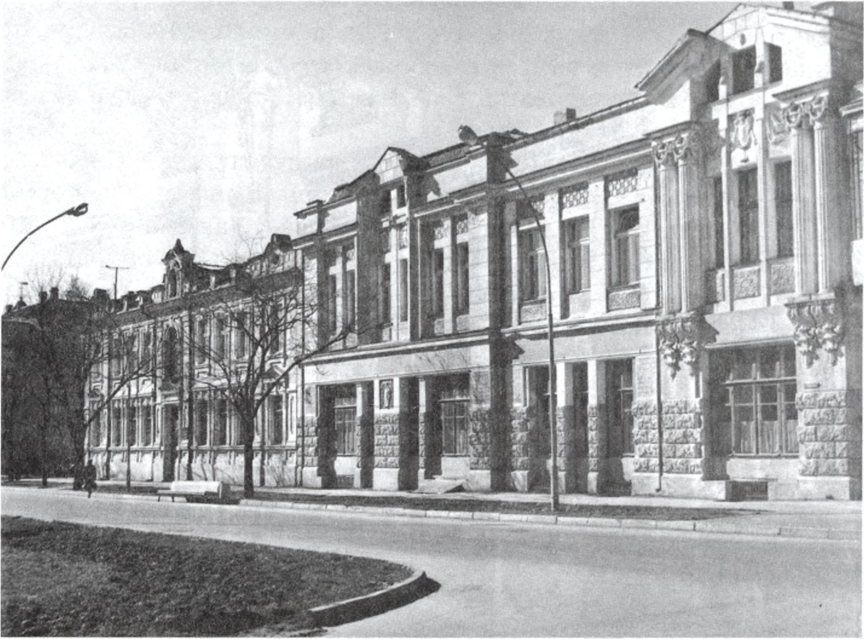 Жилой дом. Архитектор А.Л. Генрих. 1912 г. На дальнем плане — дом Н.Р. Кафаджи