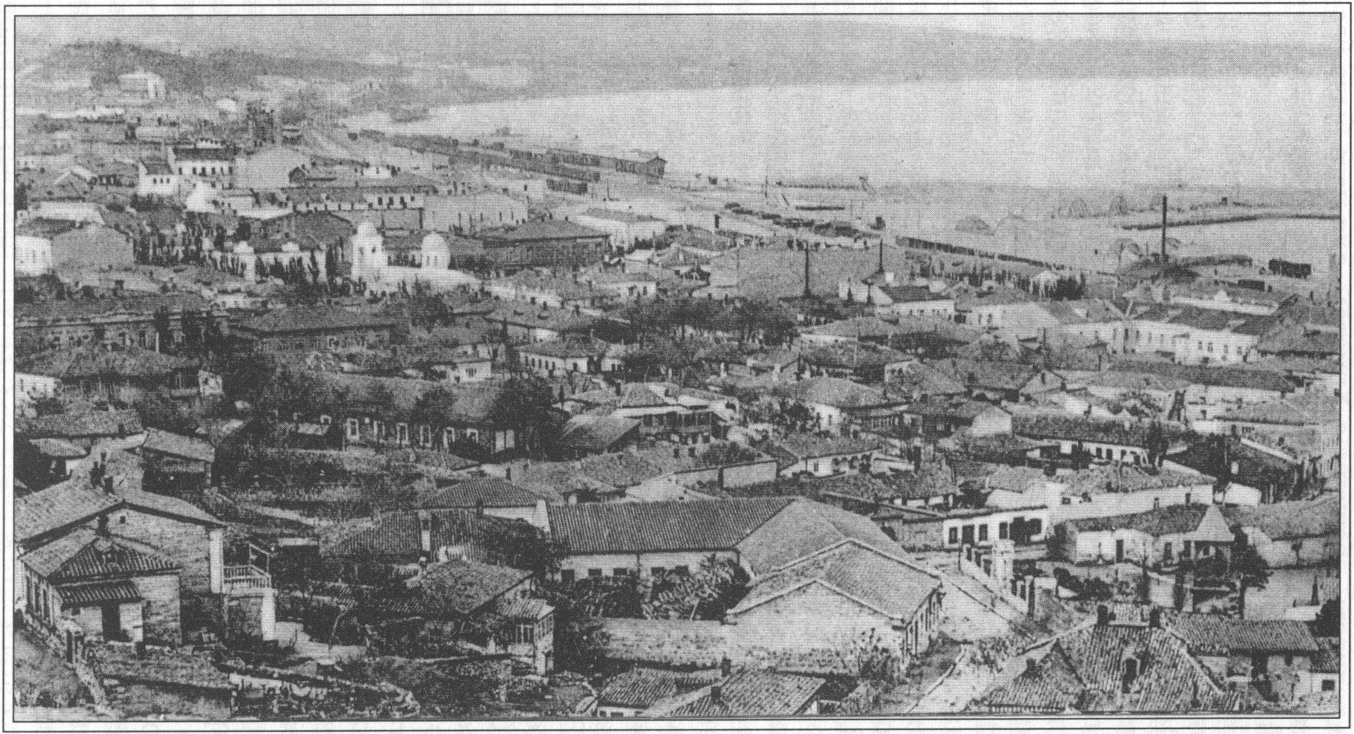 Общий вид Феодосии. Слева — Введенская церковь