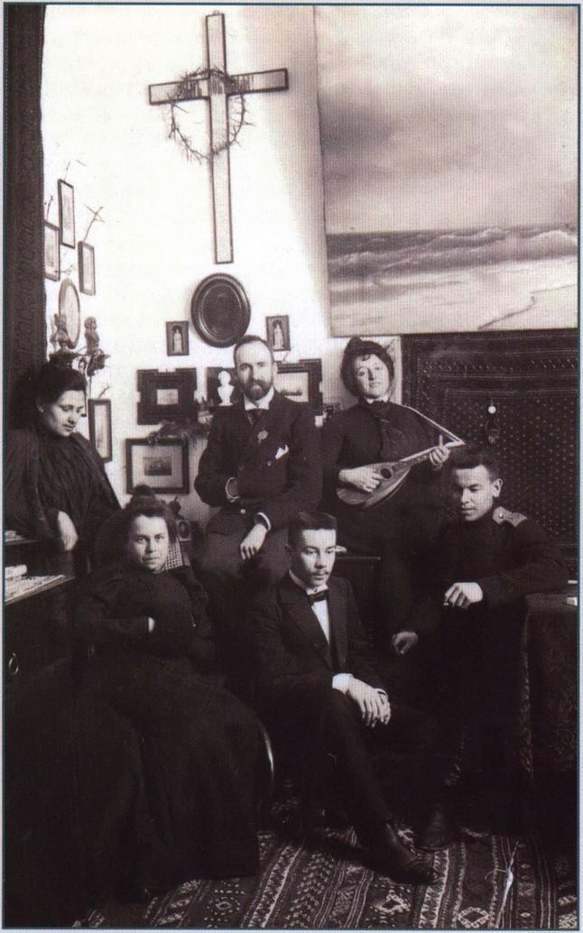 Литературно-музыкальный вечер у А.М. Петровой (крайняя справа с мандолиной). В центре — М. Сарандинаки. Феодосия. Начало XX в
